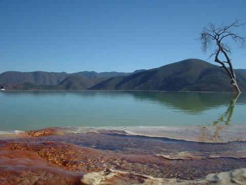 IX.- como un lago en aparente calma en la superficie