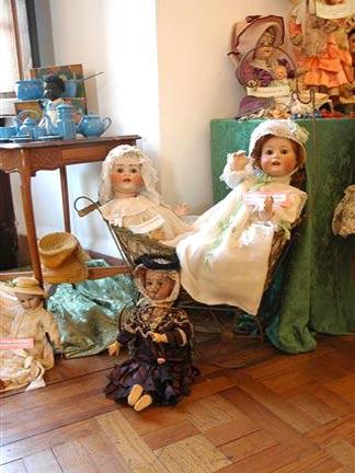 XI.- Yo crecí y mis muñecas siguieron impecables ni un pelo se movió de sus cabezas