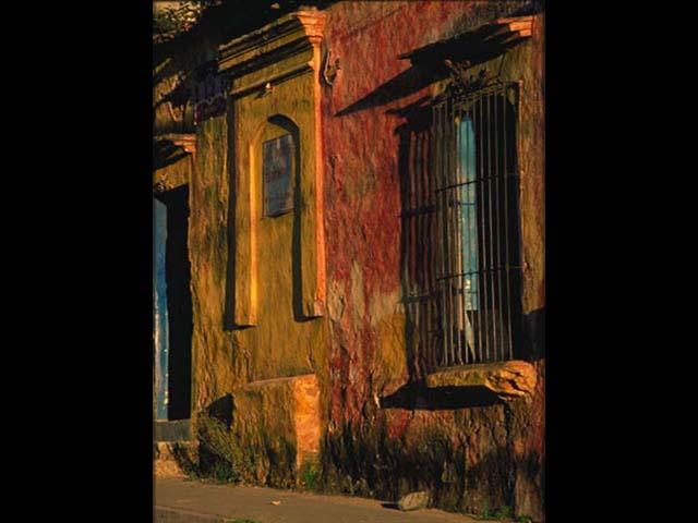 II.- El café de Morgan ocupa una de esas casonas con sabor a siglos que tanto abundan en la ciudad